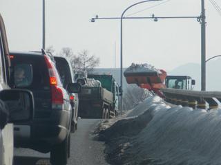 3s渋滞の奥は除雪作業中.jpg